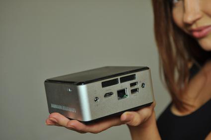 Intel NUC PC Frontseite Mit Sichtbaren Anschlüssen